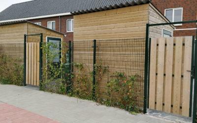 Draadmathekwerk met houten poortjes