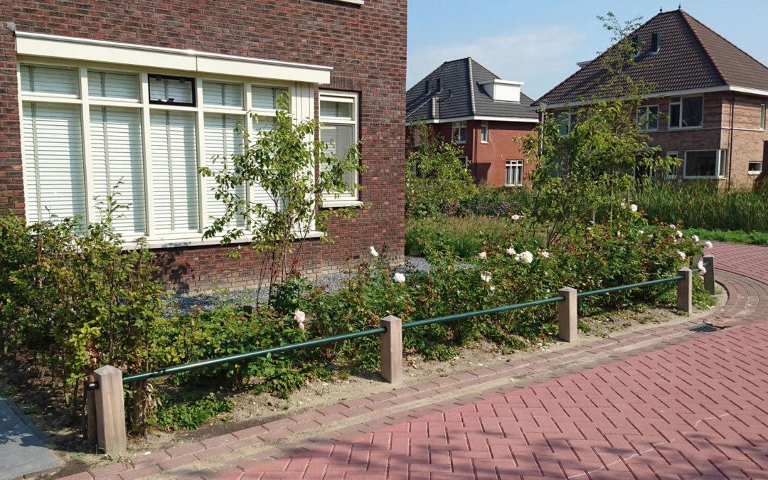 Plantsoenhekwerk met houten staanders